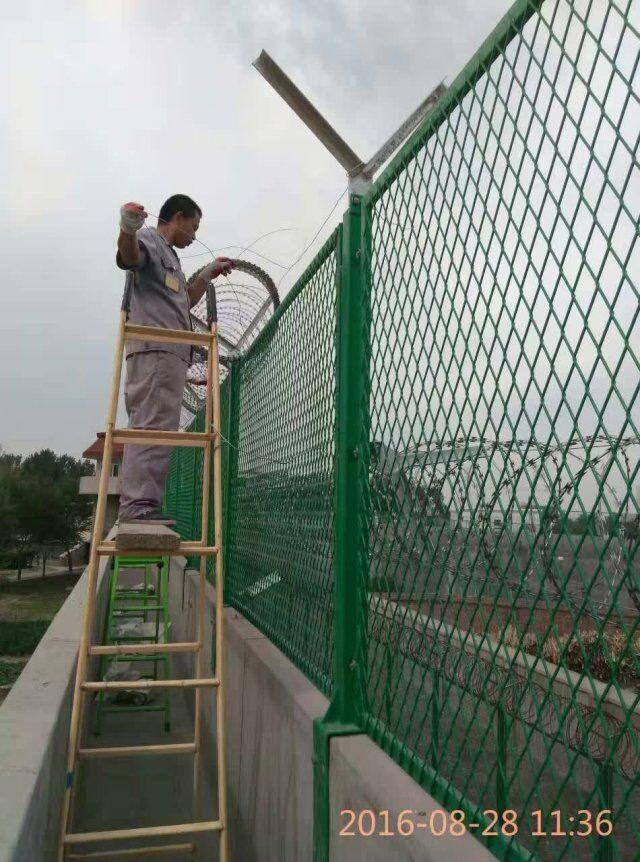 巡逻道钢板网护栏网